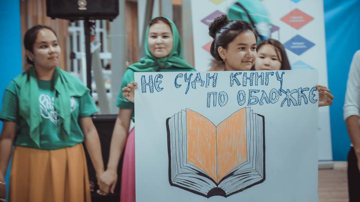 Eine Besonderheit des Media Democracy Camps: Die Schülerinnen und Schüler waren gefragt, das Gelernte kreativ weiter zu verarbeiten. Daraus ist ein Theaterstück über MIL entstanden.