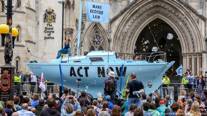 Manifestantes en los Reales Tribunales de Justicia de Londres.