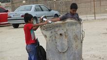 Kinder beim Abfall sammeln im Iran