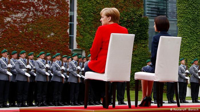 للمرة الثانية على التوالي..ميركل تجلس خلال استقبال عسكري