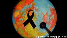 HIV Aids Symbol Schleife (picture-alliance/dpa/P. Pleul)