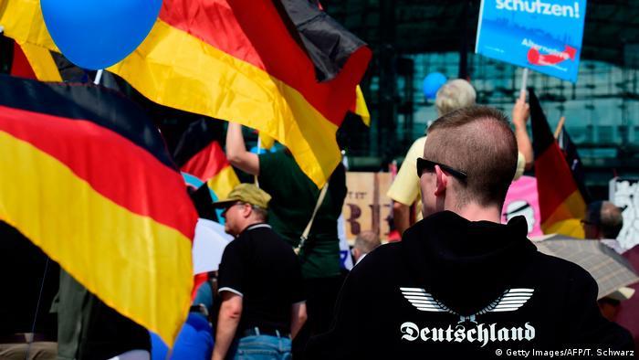 Apoiadores da AfD realizam protesto, com bandeiras da Alemanha em destaque