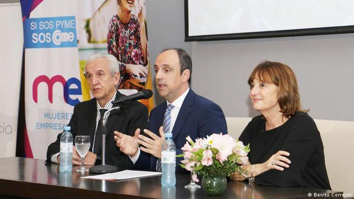 De izq. a dcha.: Dr. Benito Correnti, director de la Asociación Dirigentes de Empresa (ADE), Dr. José Corral, intendente de la ciudad de Santa Fe, Argentina, y Alicia Ciciliani, ministra de Producción del gobierno de Santa Fe.