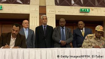 Sudan Khartoum | Mohamed Hamdan Dagalo und Protestführer unterschreiben Abkommen