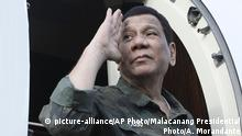 In this July 15, 2019, photo released by the Malacanang Presidential Photo, Philippine President Rodrigo Duterte returns a salute as he arrives at the Jolo airport, Sulu province, southern Philippines. Duterte is seriously considering cutting diplomatic ties with Iceland, which spearheaded a resolution that asked the U.N.'s top human rights body to look into the thousands of deaths of suspects under his anti-drug crackdown. (Ace Morandante/Malacanang Presidential Photo via AP) |