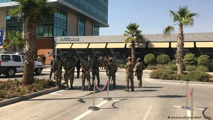 Security forces take measures after Turkish consulate employee was killed in armed attack on a restaurant (picture-alliance/AA/Y. Keles)