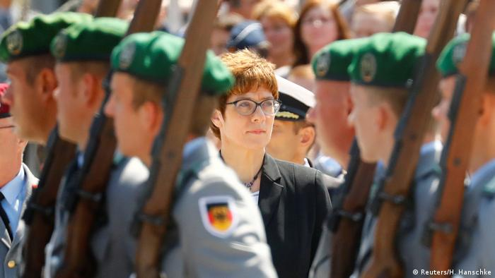 Berlin | Annegret Kramp-Karrenbauer stands by soldiers at a welcome ceremony (Reuters/H. Hanschke)