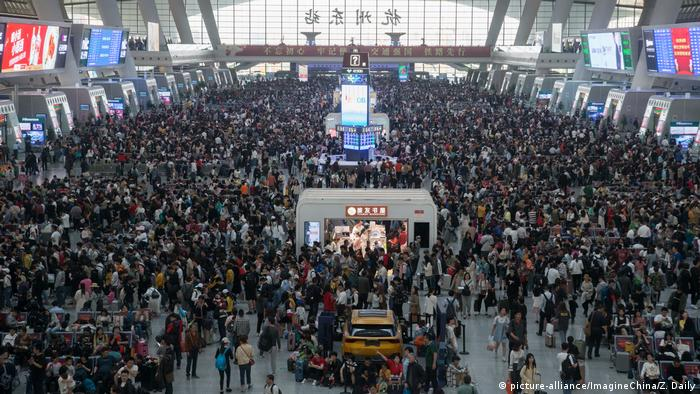 Chinese passengers are pictured at the Hangzhou East railway station in Hangzhou city, (picture-alliance/ImagineChina/Z. Daily)