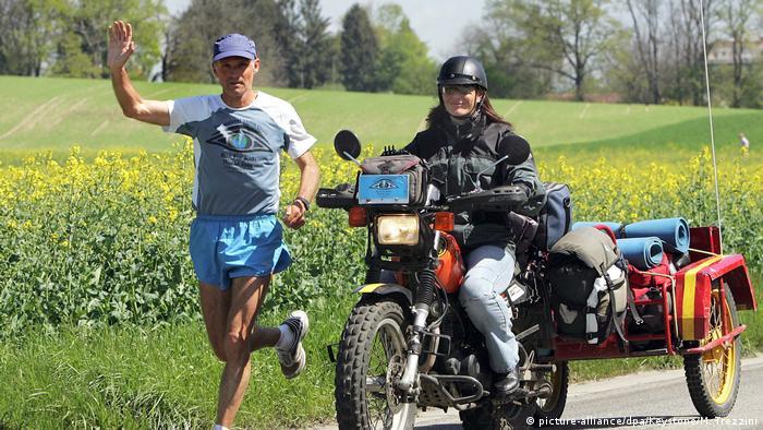 Serge Roehteli und Frau Nicole bei ihrer Ankunft in der Schweiz, Genf(picture-alliance/dpa/Keystone/M. Trezzini)