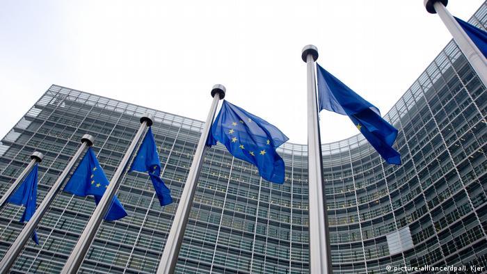 EU Symbolbild - Europafahnen wehen vor dem Gebäude der Europäischen Kommission