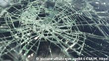 Kaputte, gesprungene Autoscheibe bei Verkehrsunfall, Deutschland, Europa | Verwendung weltweit, Keine Weitergabe an Wiederverkäufer.