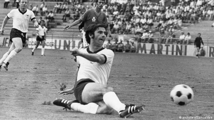 گرد مولر (چپ) در تاریخ ۳ نوامبر سال ۱۹۴۵ در نوردلینگن آلمان متولد شد و برای نخستین بار در بیست و یک سالگی پیراهن تیم ملی فوتبال آلمان را به تن کرد.