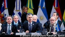 17.07.2019 HANDOUT - 17.07.2019, Argentinien, Santa Fe: MauricioMacri (M.), Präsident von Argentinien, Nicolas Dujovne (l), argentinischer Finanzminister, und Jorge Faurie (r), argentinischer Außenminister, nehmen an der Zeremonie zur Eröffnung des Mercosur-Gipfels teil. Nach jahrelangen Gesprächen hat der südamerikanische Staatenbund einen bedeutenden Freihandelsabkommens mit der EUausgehandelt. Foto: Alan Santos/Palacio Planalto/dpa - ACHTUNG: Nur zur redaktionellen Verwendung im Zusammenhang mit der aktuellen Berichterstattung und nur mit vollständiger Nennung des vorstehenden Credits +++ dpa-Bildfunk +++ | Verwendung weltweit