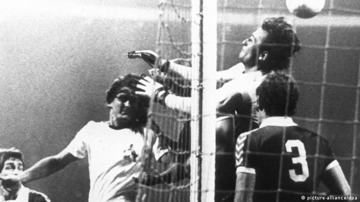 دیتر مولر (پیراهن سفید در تصویر) نیز از مهاجمان موفق تاریخ فوتبال آلمان محسوب میشود. در سال ۱۹۷۷ تیم او، اف ث کلن به پیروزی ۷ بر ۲ مقابل وردر برمن دست یافت. شش گل از هفت گل کلن در این مصاف را دیتر مولر به ثمر رساند. صحنهای از ششمین گل دیتر مولر مقابل وردر برمن که با ضربه سر به ثمر رسید.