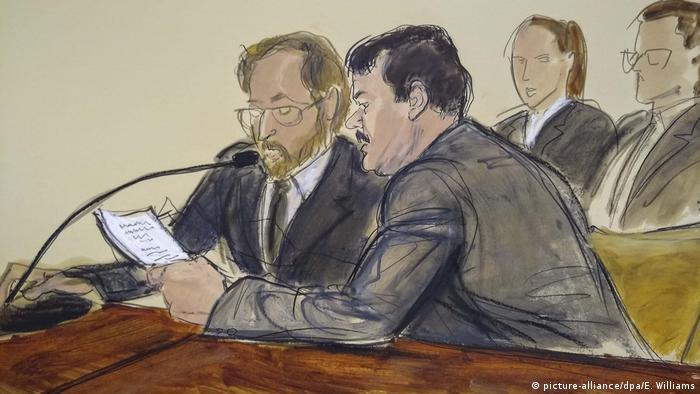 Ilustração mostra momento em que El Chapo (dir.) lê declaração em tribunal de Nova York