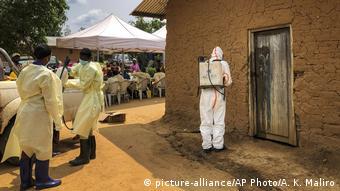 Une campagne de désinfection contre Ebola dans l'est de la RDC.