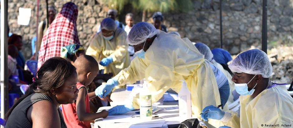 Des Congolais dans un centre de vaccination contre Ebola à Goma