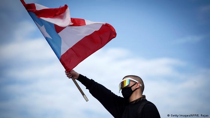 Protestas para que dimita Ricardo Roselló, gobernador de Puerto Rico: el cantante Bud Bunny, con una bandera de Puerto Rico.