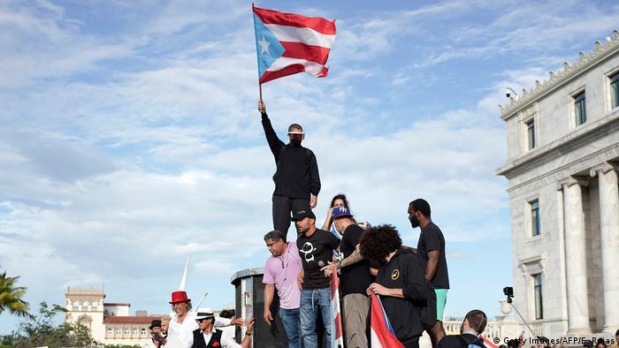 El famoso cantante Ricky Martin (centro), el rapero René Perez (dcha.) y el cantante de regatón Bud Bunny (arriba), tomaron parte de las protestas en San Juan de Puerto Rico para que dimita el gobernador, Ricardo Roselló.
