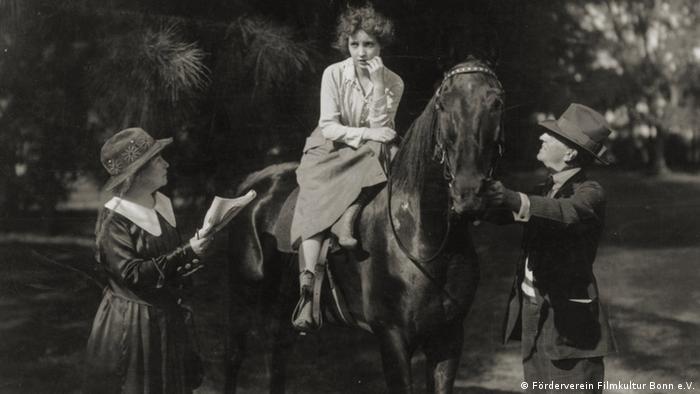 Alice Guy beim Dreh mit Darstellerin auf Pferd und Cowboy-Darsteller (Förderverein Filmkultur Bonn e.V.)