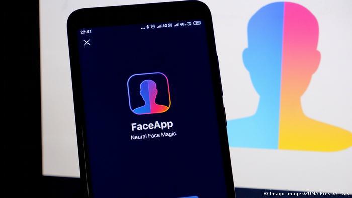 Tela de smartphone com aplicativo Faceapp