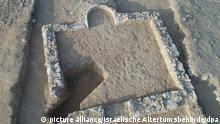 HANDOUT - 11.07.2019, Israel, Rahat: Blick auf die Überreste einer 1200 Jahre alten Moschee in der Negev-Wüste. Die rechteckige, nach oben offene Moschee mit einer runden Gebetsnische sei vermutlich von den Bauern in dem Gebiet genutzt worden, hieß es von den Archäologen. Das Gebäude sei in Richtung Mekka ausgerichtet gewesen. (zu dpa Israel: Archäologen entdecken 1200 Jahre alte Moschee in Wüste) Foto: Israelische Altertumsbehörde/dpa - ACHTUNG: Nur zur redaktionellen Verwendung im Zusammenhang mit der aktuellen Berichterstattung und nur mit vollständiger Nennung des vorstehenden Credits +++ dpa-Bildfunk +++ | Verwendung weltweit