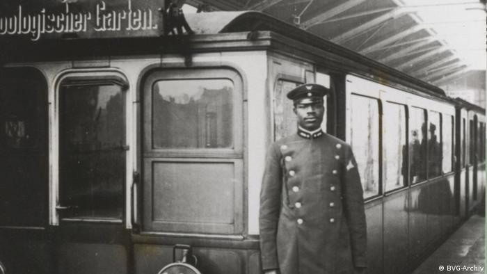 Historisches Foto von Martin Dibobe vor einem Zug im Bahnhof Zoologischer Garten