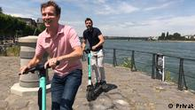 Deutschland Bonn Conor Dillon und Gabriel Borrud auf Tier e-Scooter
