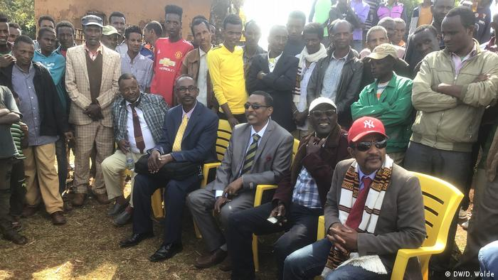 A large group of Sidama activists, some seated, some standing (DW/D. Wolde)