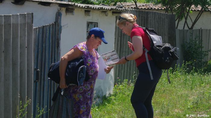 Колишня волонтерка Марина Черенкова (праворуч) раніше ходила по хатах з допомогою. Тепер агітує як кандидатка до Верховної Ради