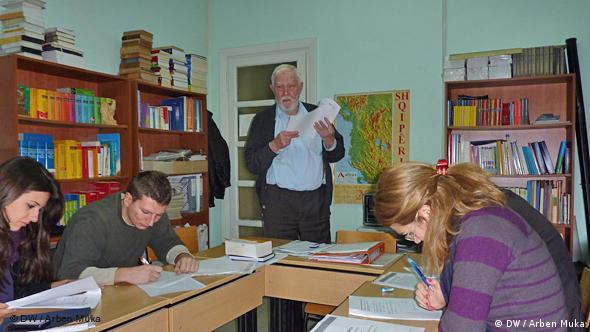 بر خلاف آزمون Test-DaF، امتحان DSH از طریق دانشگاههای این کشور و تنها در آلمان برگزار میشود.