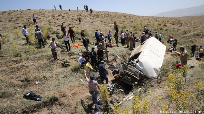 Seis personas murieron el martes al sur de Turquía en el accidente de un vehículo militar que transportaba migrantes que iban a ser expulsados del país, informaron las autoridades locales, que aún no han revelado la nacionalidad de los inmigrantes. (24.09.2019).