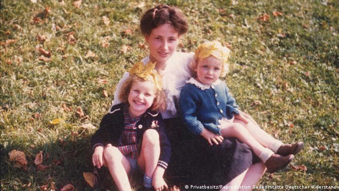 Clarita von Trott mit den Töchtern Anna-Verena und Clarita
