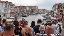 Tourismus in Venedig, überfüllte Brücke