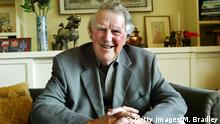 AUCKLAND, NEW ZEALAND - APRIL 04: The famous expeditionist Sir Edmund Hillary at his home in Auckland. Sir Edmund Hillary is the first man to climb Mt Everest back in 1953, this year marks the 50th anniversary of the historic climb. (Photo by Michael Bradley/Getty Images)