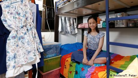 Контролът от страна на Пекин тревожи младите хора и се отразява на тяхното чувство за свобода, казва 30-годишната Юнис Уай. Тя е учителка и живее в стая от осем квадратни метра - в апартамент, който дели с родителите и брат си. Но не само действията на Пекин я тревожат - тя не може да се примири и с несправедливата жилищна политика.