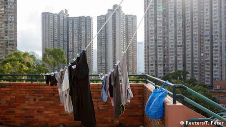 Богатите стават все по-богати, казва Юнис Уай по повод ситуацията на жилищния пазар в Хонконг. Жилищната площ е един от най-големите проблеми, пояснява тя. В Хонконг всичко е застроено, обикновените хора не могат да си позволят да имат свое жилище. Агенциите за недвижими имоти контролират пазара.