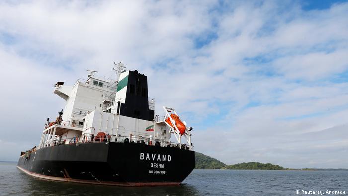 Navio iraniano Bavand está parado próximo ao Porto de Paranaguá