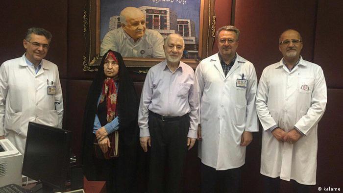 میرحسین موسوی به همراه همسرش خانم رهنورد در بیمارستان قلب تهران (اواخر خرداد ۱۳۹۸)