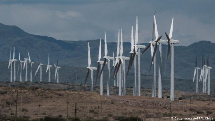 Turbinas de energia eólica próximas ao lago Turkana, no norte do Quénia