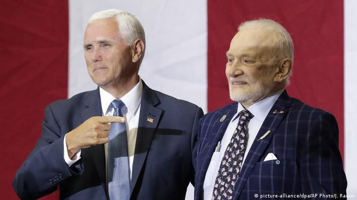 Mike Pence and Buzz Aldrin (picture-alliance/dpa/AP Photo/J. Raoux)