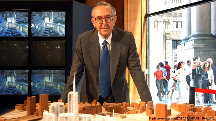 Cesar Pelli with a scale model in 2004 (picture-alliance/FOTOGRAMMA/N. Fontana)