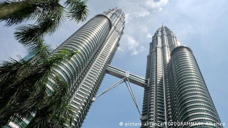 Malaysia Petronas Tower in Kuala Lumpur (picture-alliance/FOTOGRAMMA/M. Alberico)
