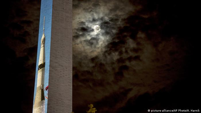 The Washington Monument with the image of Saturn V (picture-alliance/AP Photo/A. Harnik)