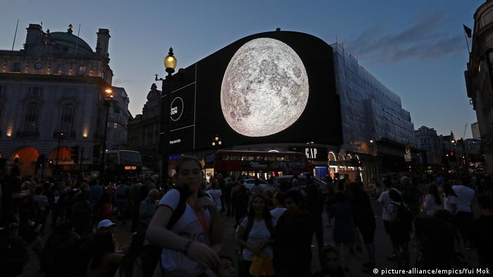 The moon mosaic at Piccadilly Circus (picture-alliance/empics/Yui Mok)