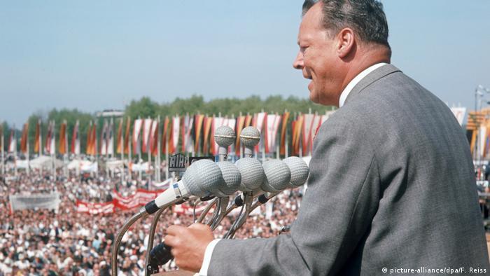 Deutschland BG Platz der Republik   Willy Brandt Kundgebung zum 01. Mai 1966 (picture-alliance/dpa/F. Reiss)