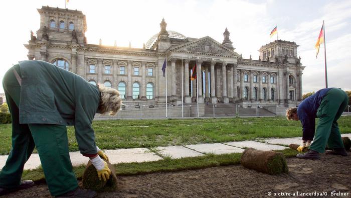 Deutschland BG Platz der Republik   Rollrasen 2006 (picture-alliance/dpa/G. Breloer)