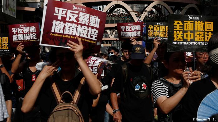 Люди протестують проти законопроєкту про екстрадицію до Китаю
