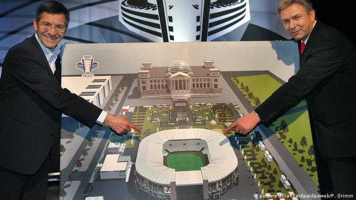 Deutschland   Reichstag   Kuppel   Adidas Fußballpark WM 2006 (picture-alliance/dpa/dpaweb/P. Grimm)