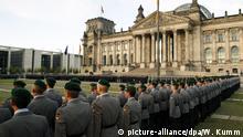 Rekruten der Bundeswehr nehmen am Sonntag (20.07.2008) vor dem Reichstagsgebäude in Berlin an dem öffentlichen Gelöbnis teil. Traditionell werden am 20. Juli jeden Jahres, der Tag des gescheiterten Attentats auf Adolf Hitler vom 20. Juli 1944, junge Soldaten auf die Bundesrepublik Deutschland vereidigt. Foto: Wolfgang Kumm dpa/lbn +++(c) dpa - Report+++ | Verwendung weltweit
